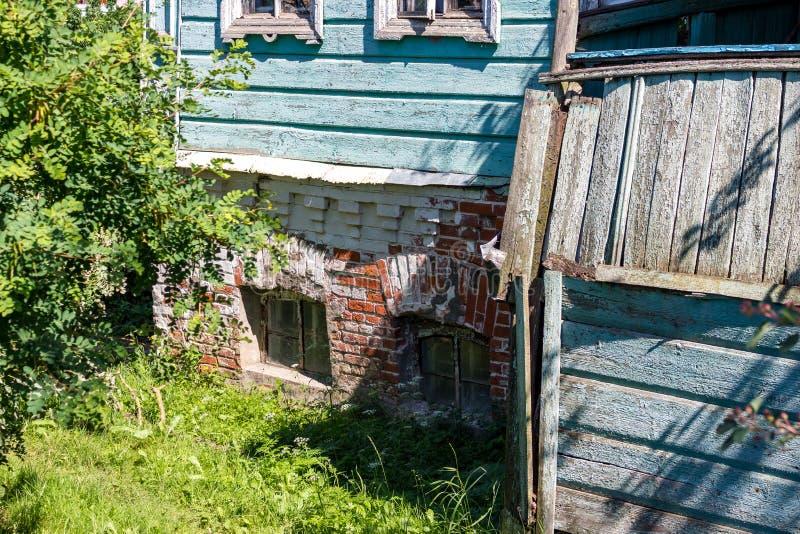 Czerep stary dom pod koniec 19 wieku - początek 20 wieku wiek z ceglaną piwnicą w mieście Borovsk fotografia stock