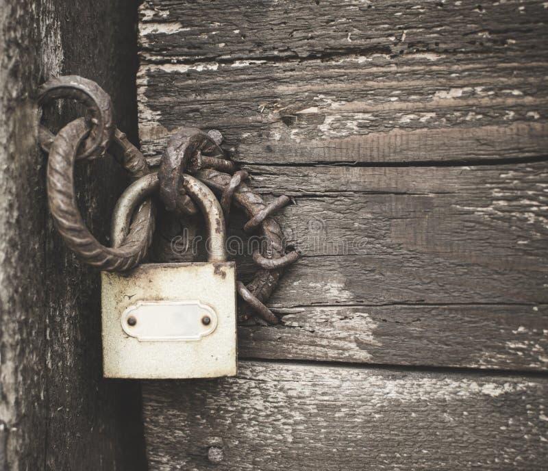 Stara kłódka na drewnianym drzwi zdjęcie royalty free