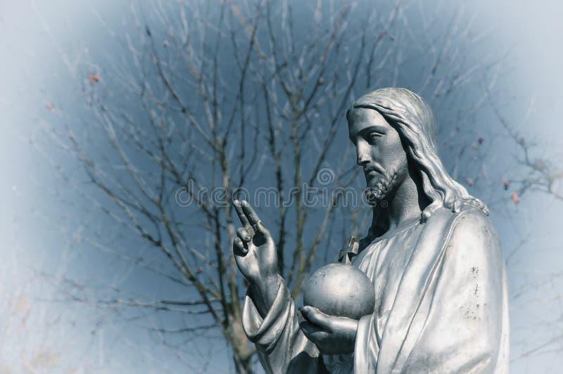 Czerep statuy jezus chrystus trzyma sferę z krzyżem jako symbol powiernictwo chrystianizm nad ziemia zdjęcie stock