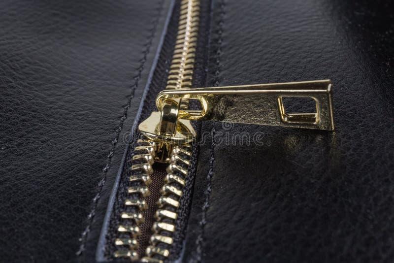 Czerep suwaczek z suwakiem na czarnej torebce w górę zdjęcie royalty free