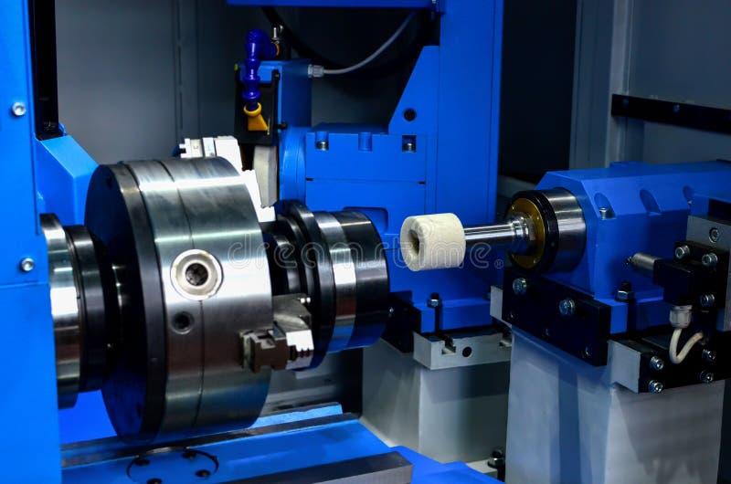 Czerep szczegół w chucku przemysłowa nowożytna maszyna podczas śrutowania zdjęcie royalty free