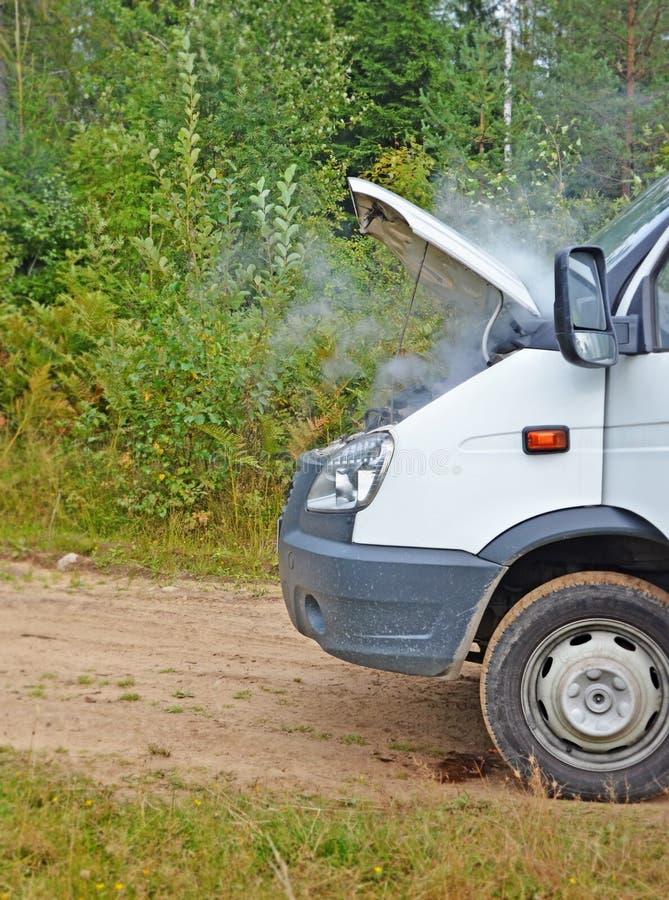 Czerep wadliwy samochód Dym spod cowl fotografia stock