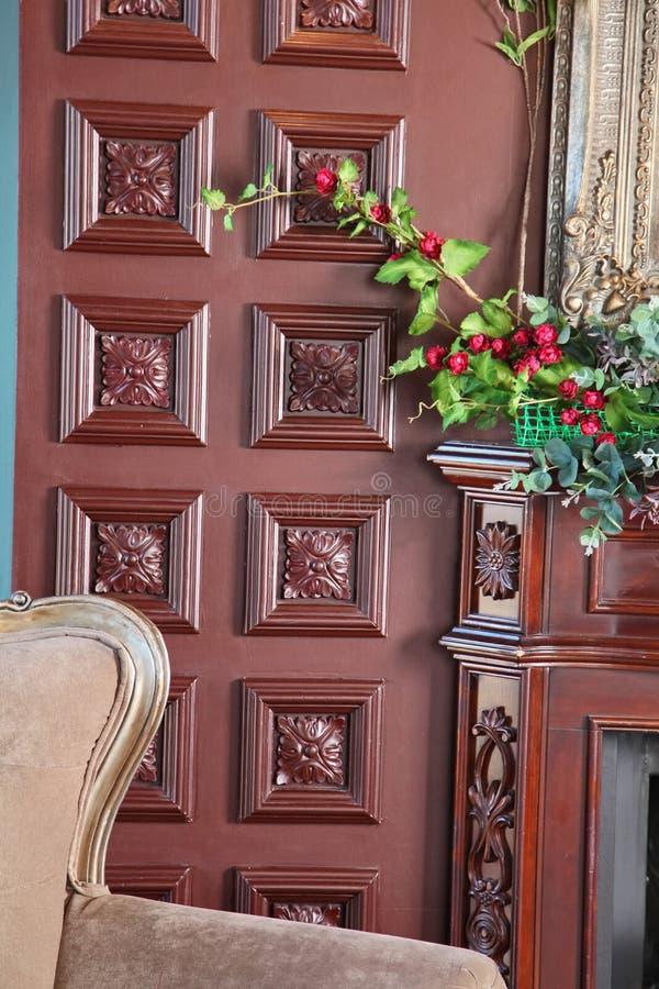 Czerep wnętrze piękne klasyczne angielszczyzny studiuje z ściana rzeźbiącymi panel ciemnego brązu drewno i grabą zdjęcie stock