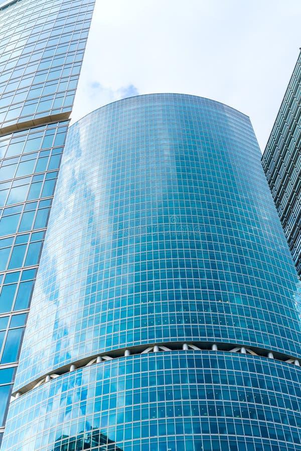 Czerep współczesna architektura, ściany robić szkło i beton, Szklana zas?ony ?ciana nowo?ytny budynek biurowy obrazy stock