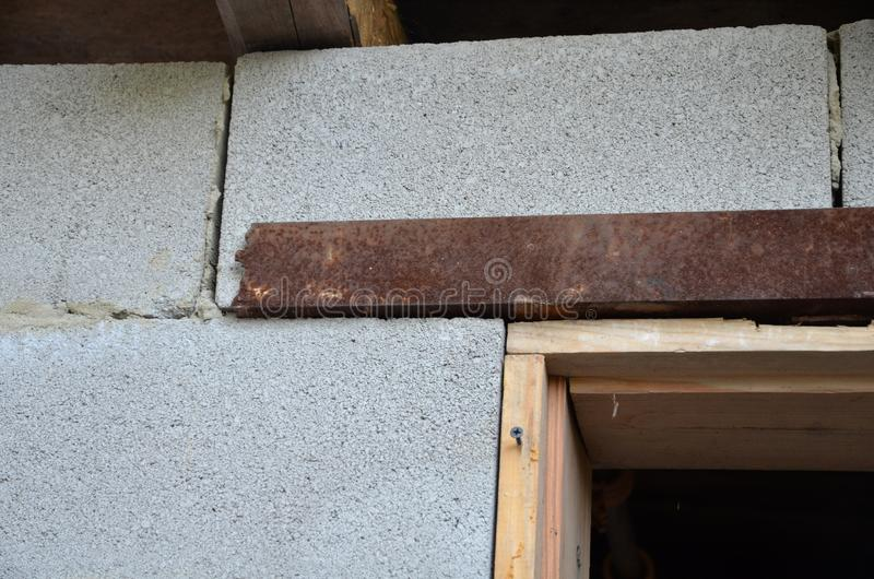 Czerep wspinać się drewnianego drzwiowego szaber w drzwi budynek ściana zdjęcia stock