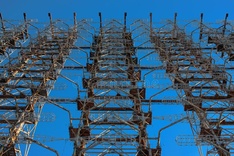 Czerep zniszczona stacja Duga przeciw tłu niebieskie niebo w Chernobyl po Chernobyl wypadku wewnątrz obrazy royalty free