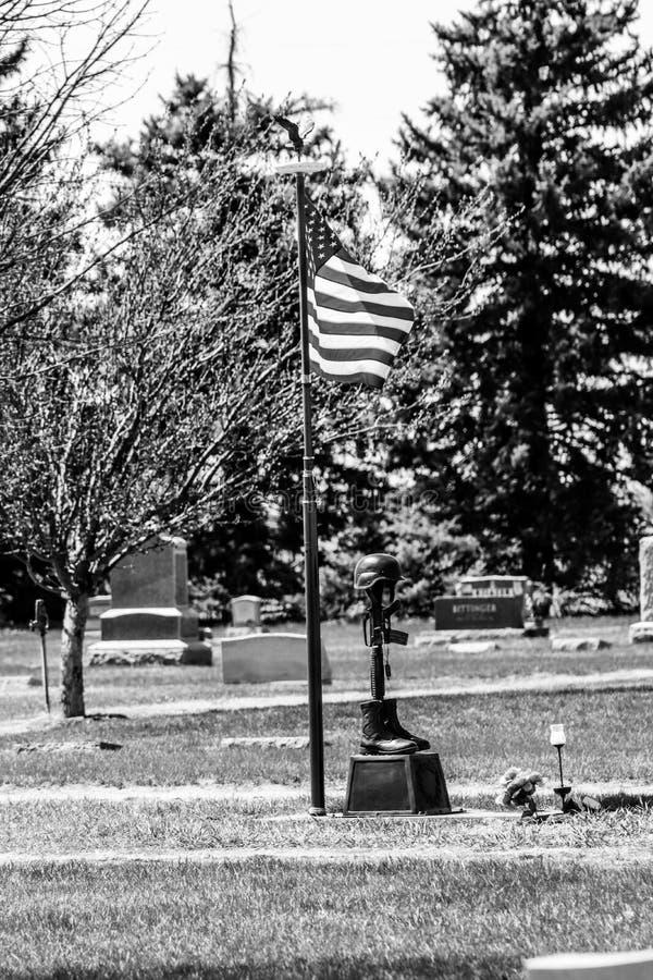 Czerni białą fotografię pomnik z flagą fotografia stock