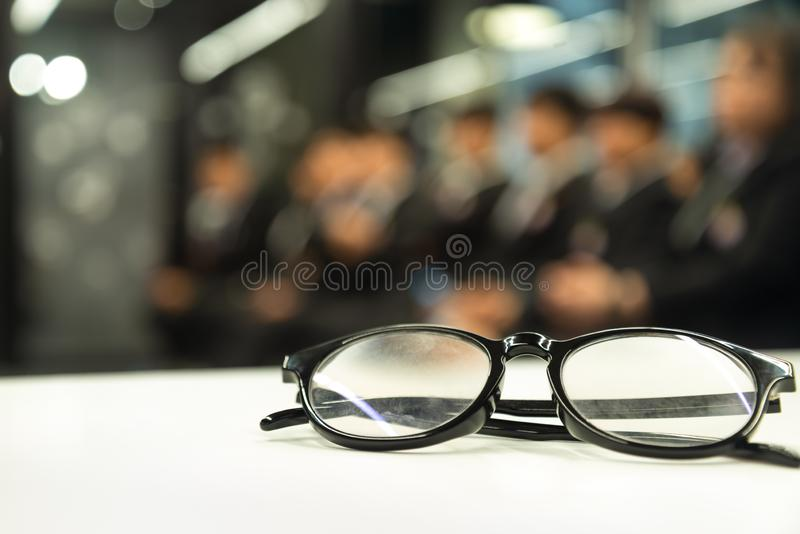 Czerni Brudni Eyeglasses z zamazaną salą lekcyjną w tle obraz royalty free