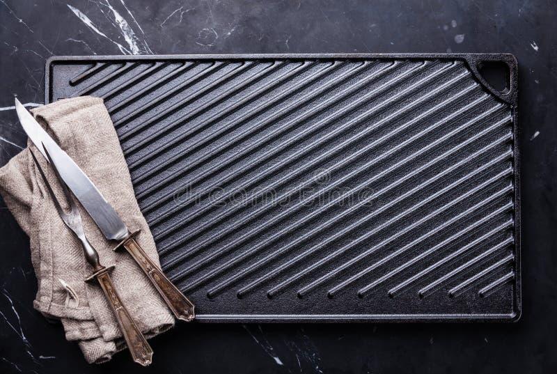 Czerni obsady żelaza grilla powierzchnia i set rozwidlenia i noża obrazy royalty free
