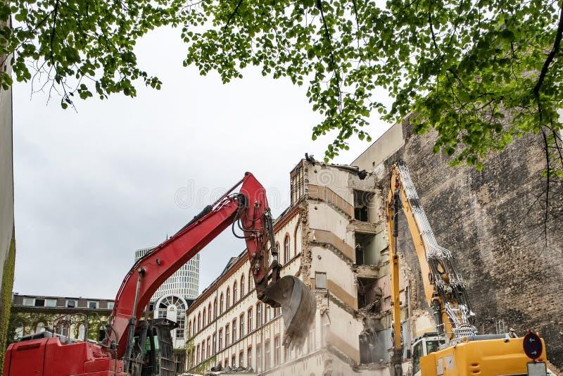 Czerparka wyburza domy dla odbudowy zdjęcie stock