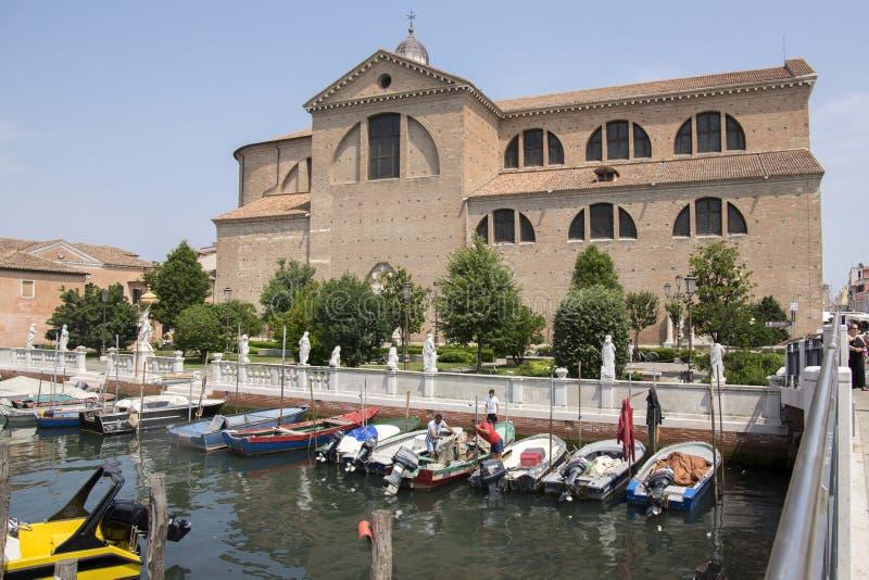 Czerwa, turystycznego sezon, kościół, port dla małych łódek, kanał słoneczny dzień w Chioggia, i, odbicia zdjęcie royalty free