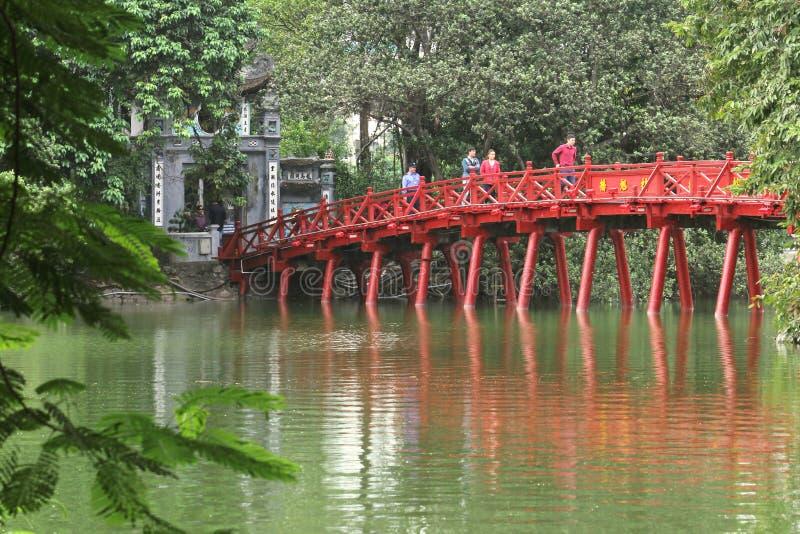 Czerwień malował Huc most przy Hoan Kiem jeziorem w Hanoi, Wietnam - Serie 3 zdjęcia royalty free