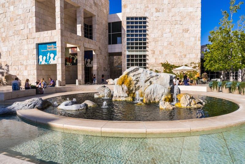 Czerwiec 8, 2018 Los Angeles, CA, usa/- goście odpoczywa wokoło wodnej fontanny w muzealnym podwórzu Getty Ześrodkowywają zdjęcie stock