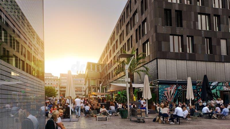 21 2019 Czerwiec, ludzie cieszy się przy wieczór lata czasem, Schlossplatz Stuttgart, Niemcy obrazy stock