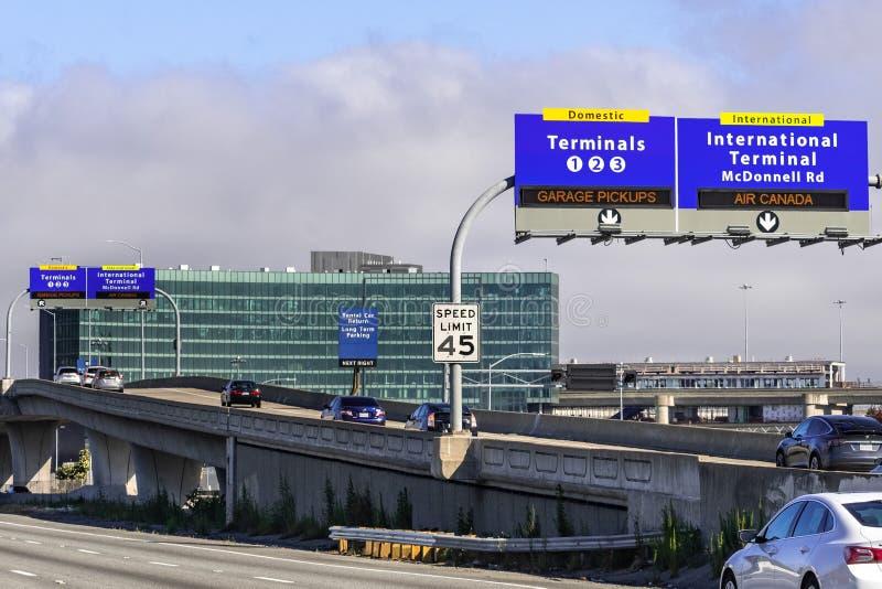 Czerwiec 30, 2019 Millbrae, CA, usa/- San Francisco lotniska międzynarodowego SFO podpisuje wytycznych podróżników poprawny śmier fotografia royalty free