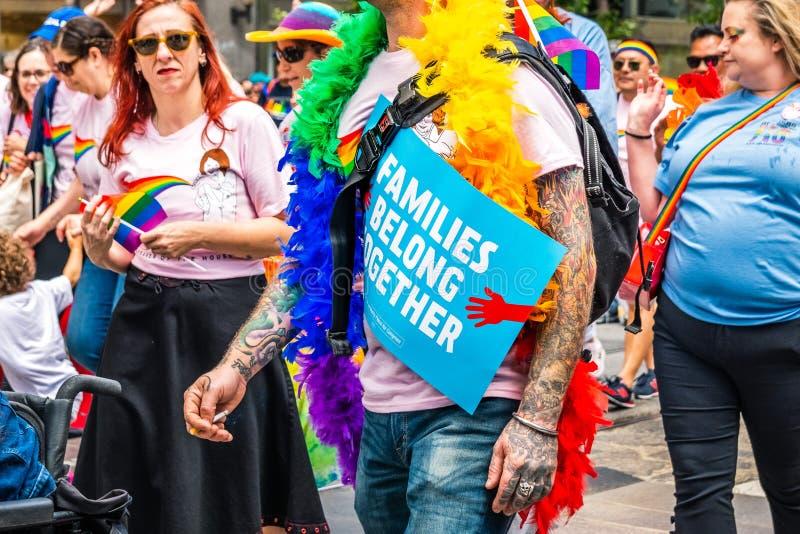 Czerwiec 30, 2019 San Francisco, CA, usa/- Niezidentyfikowany uczestnik niesie polityczne wiadomość znaka rodziny Należy Wpólnie  zdjęcie stock