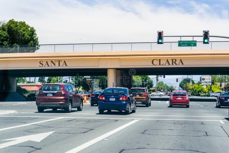 Czerwiec 15, 2019 Santa Clara, CA, usa/- samochodu jeżdżenie na El Camino realu przez Krzemowa Dolina w Południowym San Francisco zdjęcia royalty free