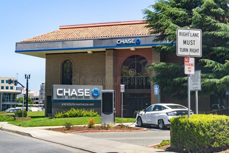 Czerwiec 1, 2019 Sunnyvale, CA, usa/- Chase Bank rozga??zia si? blisko do w centrum Sunnyvale; EV ?aduje stacja dla bank?w patron fotografia royalty free
