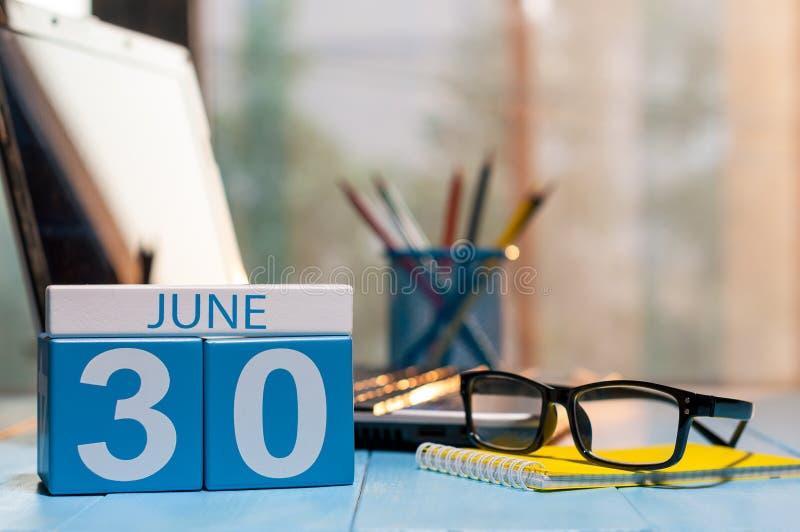 Czerwiec 30th Dzień 30 miesiąc, drewniany koloru kalendarz na kierownika miejsca pracy tle młodzi dorośli Opróżnia przestrzeń dla zdjęcia stock