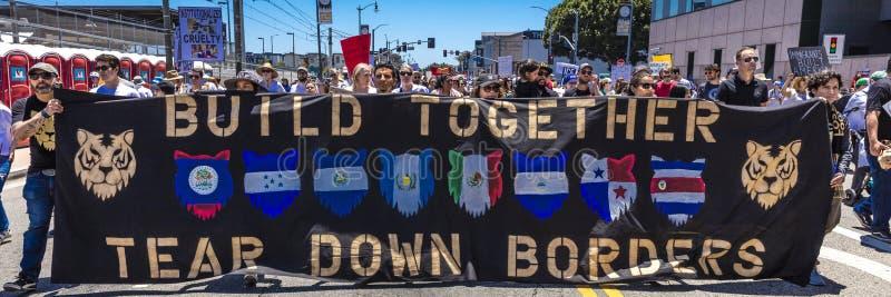 CZERWIEC 30, 2018 Utrzymuje rodzina marsz protestacyjnego z Wpólnie podpisuje wewnątrz Los Angeles, Kalifornia - LOS ANGELES, KAL obraz stock