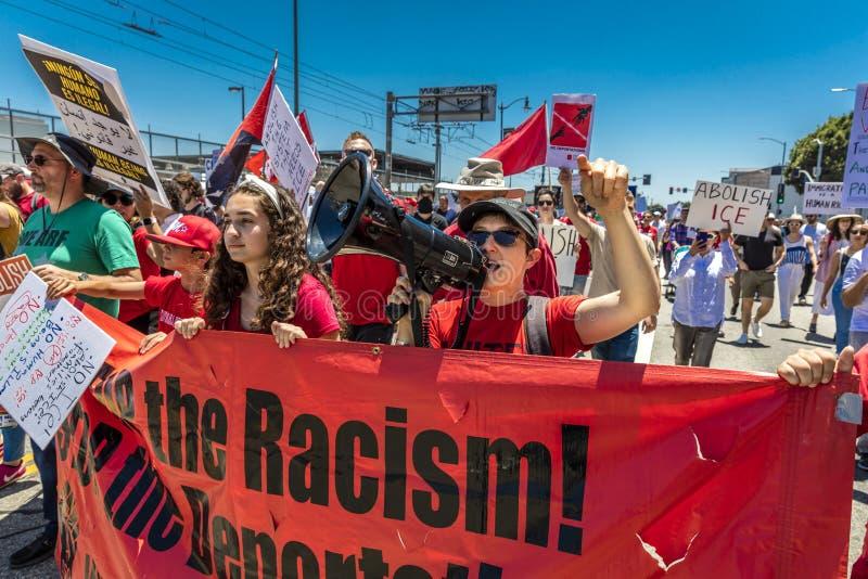CZERWIEC 30, 2018 Utrzymuje rodzina marsz protestacyjnego z Wpólnie podpisuje wewnątrz Los Angeles, Kalifornia - LOS ANGELES, KAL obraz royalty free