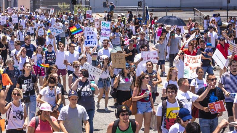CZERWIEC 30, 2018 Utrzymuje rodzina marsz protestacyjnego z Wpólnie podpisuje wewnątrz Los Angeles, Kalifornia - LOS ANGELES, KAL zdjęcie stock