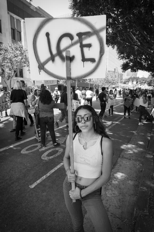 CZERWIEC 30, 2018 Utrzymuje rodzina marsz protestacyjnego z Wpólnie podpisuje wewnątrz Los Angeles, Kalifornia - LOS ANGELES, KAL obrazy stock