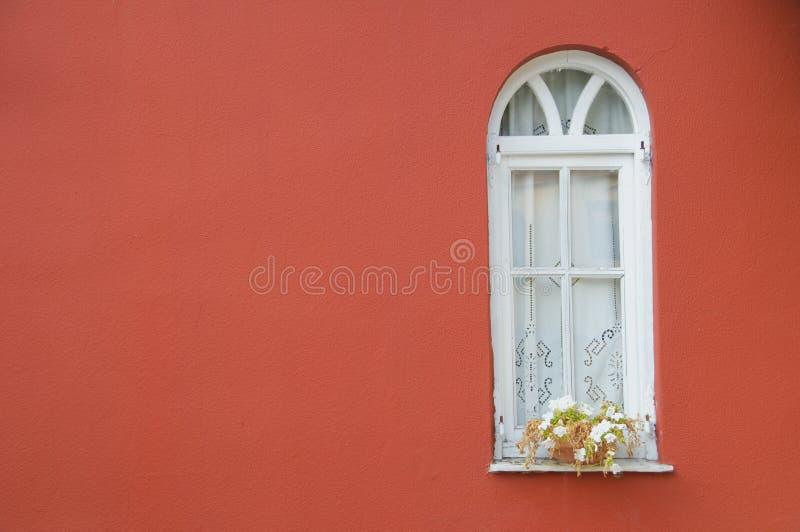czerwieni okno ścienny biały fotografia stock