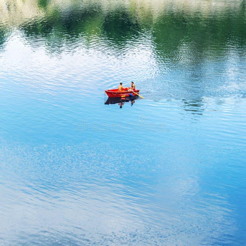 Czerwona łódź na jeziorze fotografia stock