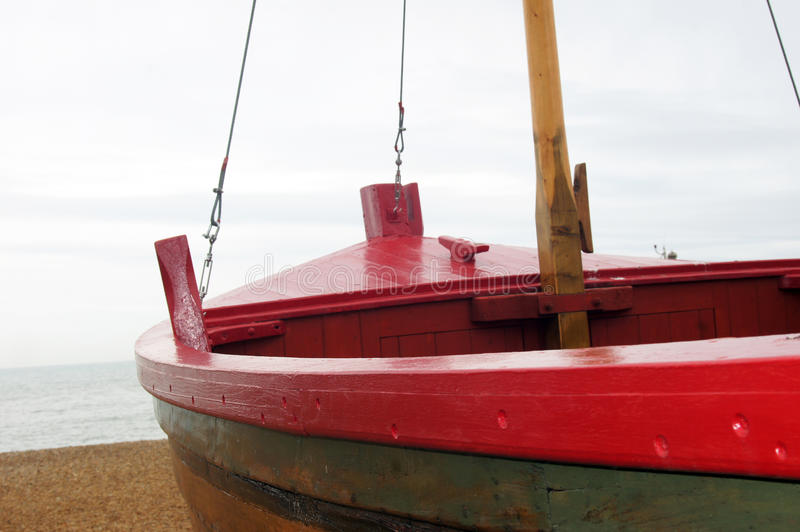 Czerwona łódź na plaży zdjęcia royalty free