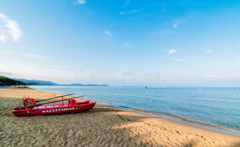 Czerwona łódź ratunkowa zdjęcia stock