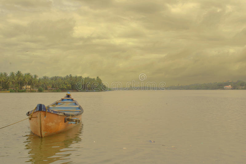 Czerwona łódź w Mangalore obrazy stock