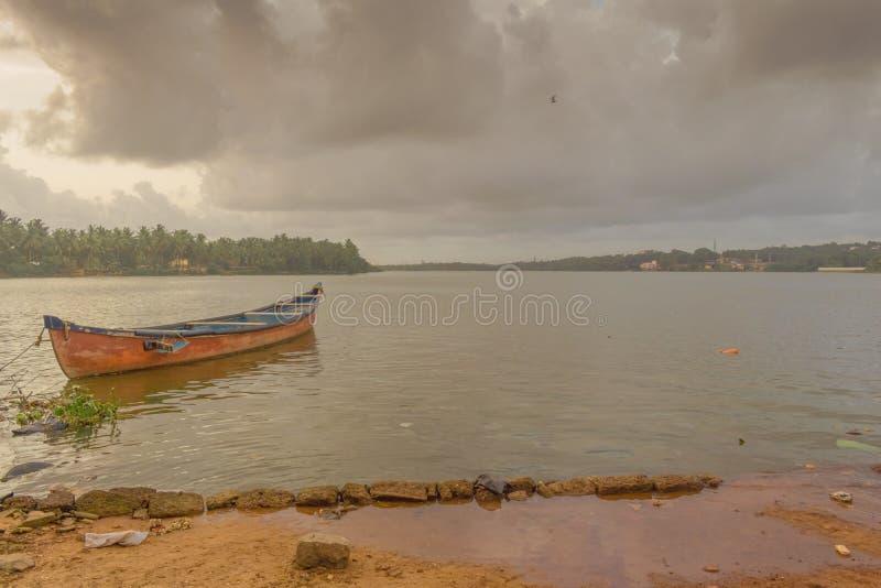Czerwona łódź w Mangalore zdjęcie royalty free