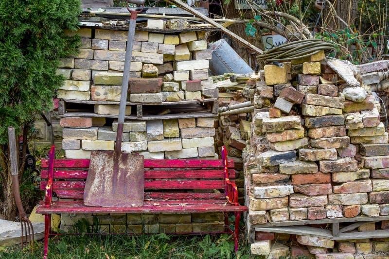 Czerwona ławka, cegły, łopata obraz stock