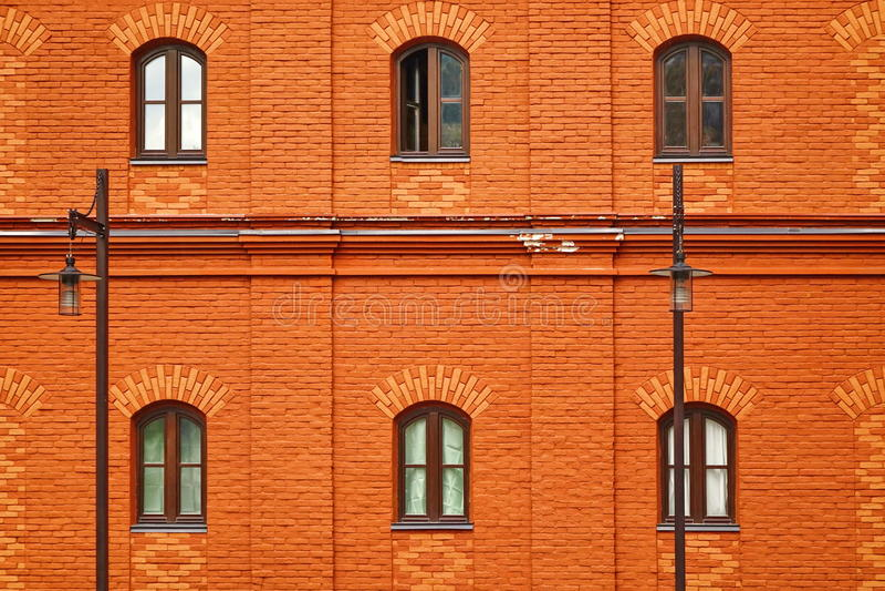 Czerwona ściana z cegieł fasada Z Sześć Łukowatymi Windows obraz royalty free