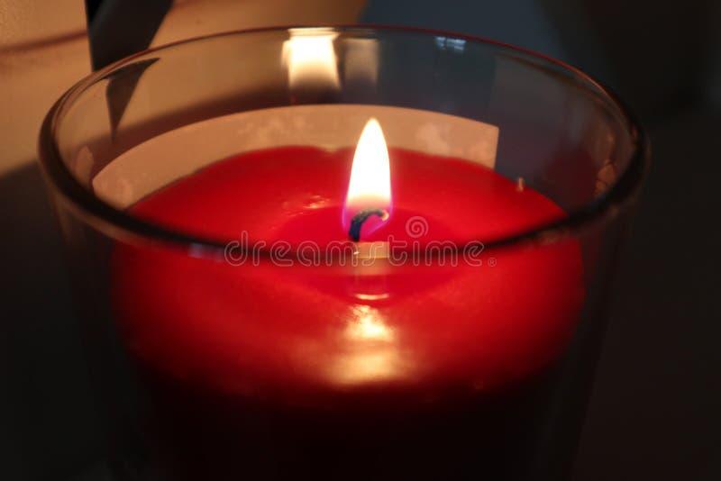 Czerwona świeczka palący się obrazy stock