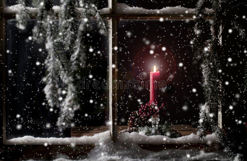 Czerwona świeczka w okno fotografia stock