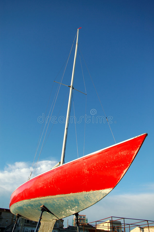 czerwona żaglówka zdjęcia stock