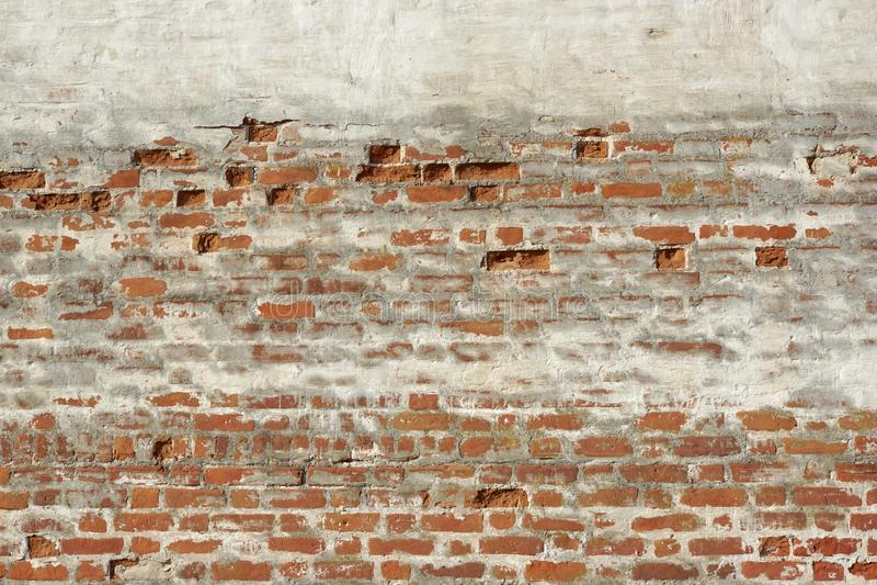 Czerwona Biała cegła Malująca rocznik ściana Z Uszkadzającym tynkiem obraz stock