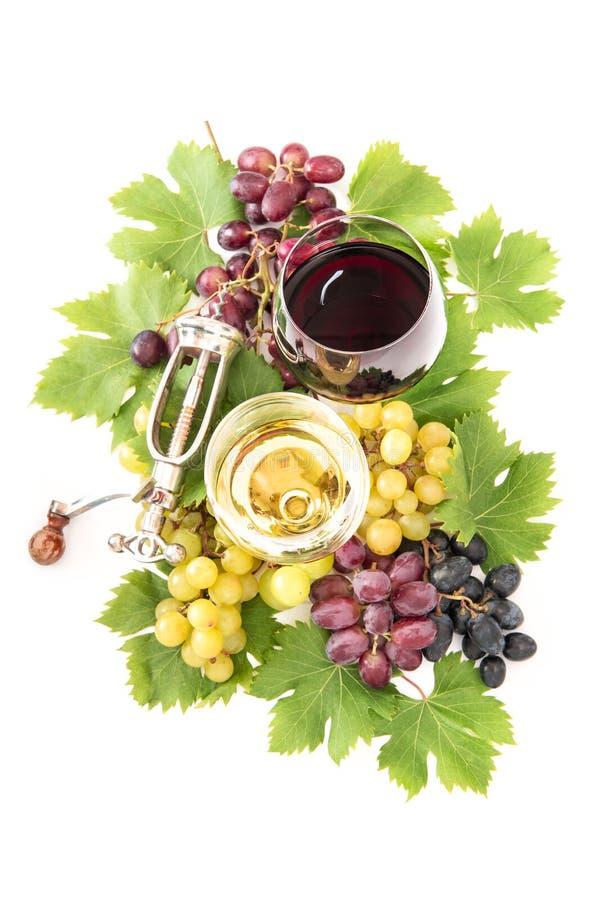 Czerwona białego wina szkieł gronowego winogradu zieleń opuszcza Karmowych napoje fotografia royalty free