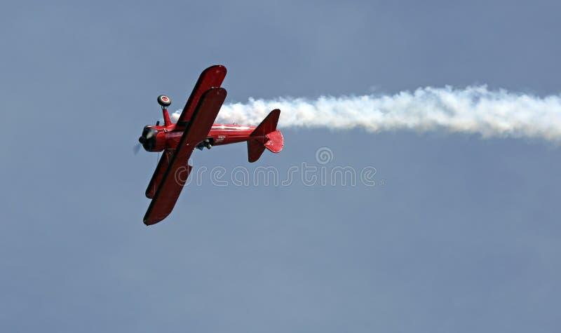 Czerwona biplan pętla przy EAA AirVenture Airshow obraz royalty free