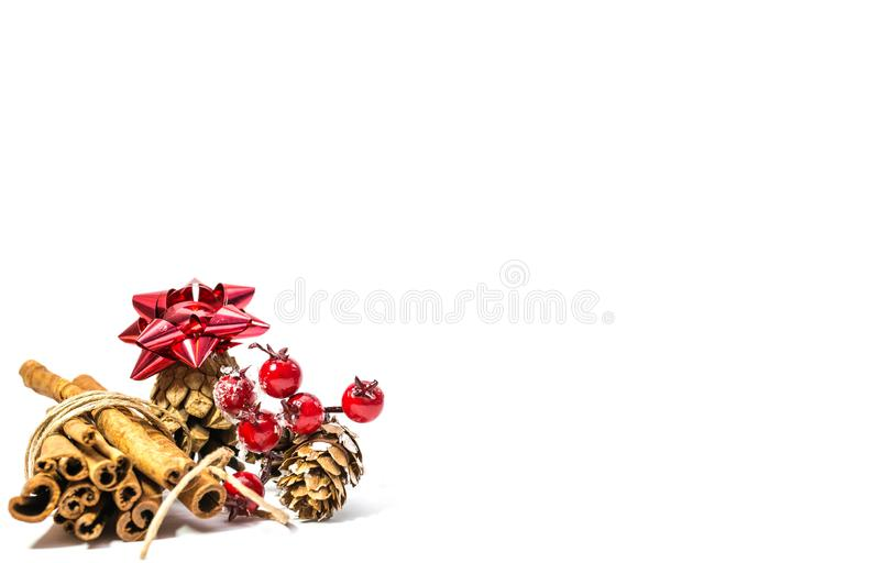 Czerwona Bożenarodzeniowa dekoracja, sosna rożek, marznący różani biodra, czerwone piłki odizolowywać na białym tle obrazy stock