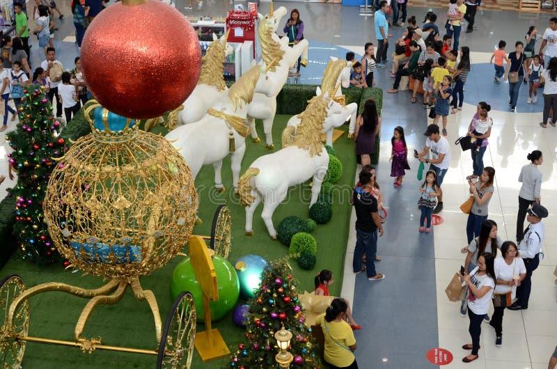 Czerwona Bożenarodzeniowa piłka nad Styrofoam statua biali jednorożec konie ciągnie złotego bańczastego fracht fotografia stock