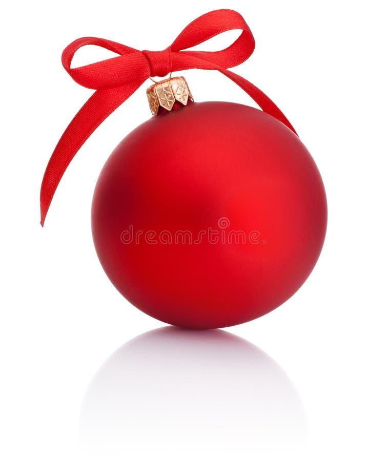 Czerwona Bożenarodzeniowa piłka z tasiemkowym łękiem na białym tle zdjęcie royalty free