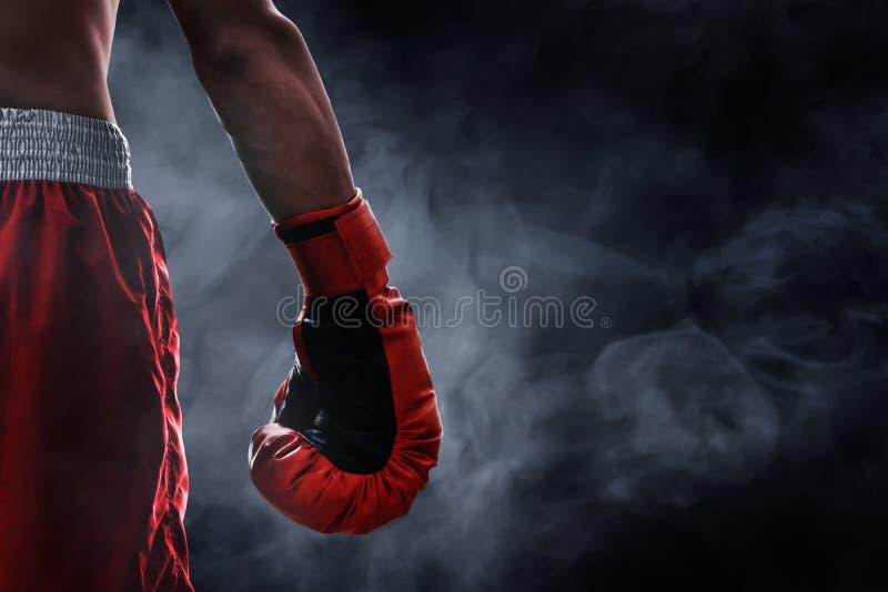 Czerwona bokserska rękawiczka na dymnych tło zdjęcie stock