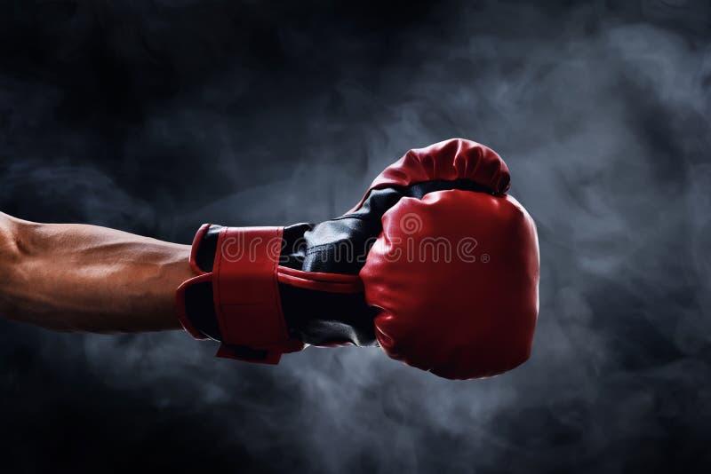 Czerwona bokserska rękawiczka na dymnych tło zdjęcia royalty free