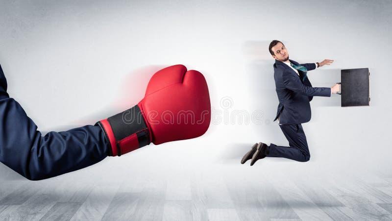 Czerwona bokserska rękawiczka puka out małego biznesmena zdjęcia royalty free