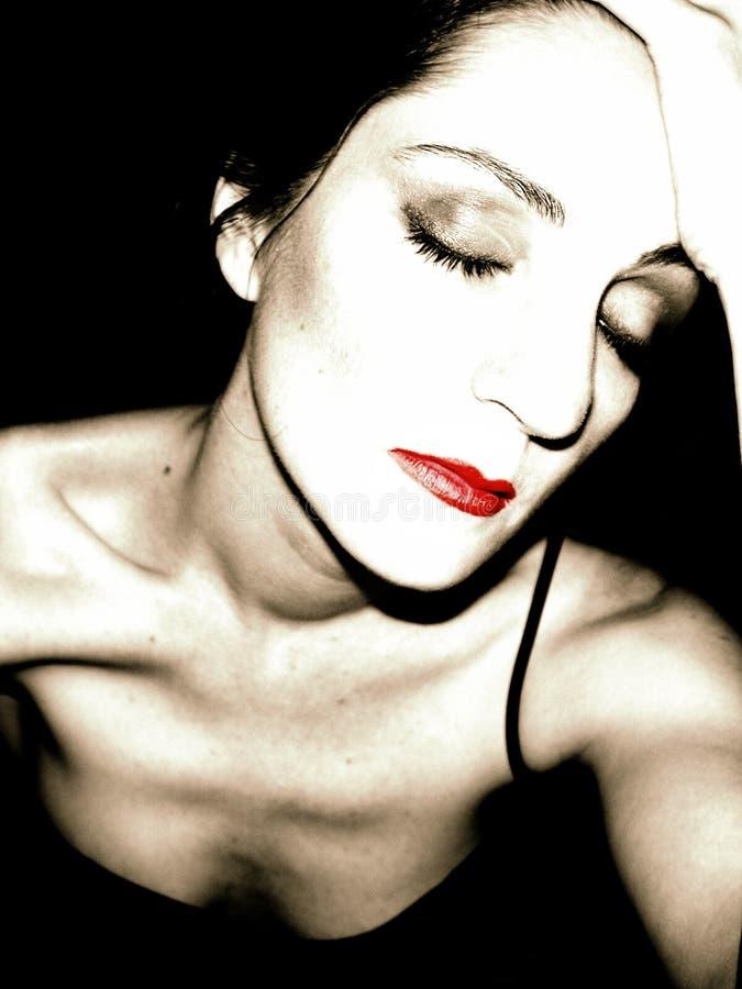 czerwona bw myślące młoda kobieta fotografia stock