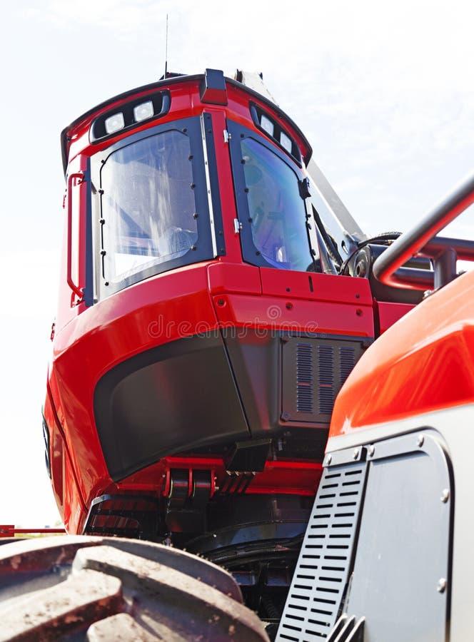 Czerwona ciągnikowa taksówka dla lasowej maszyny zdjęcia royalty free