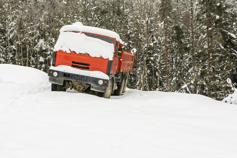 Czerwona ciężarówka zakrywająca w śniegu fotografia royalty free